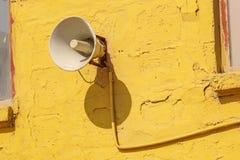Alter Lautsprecher auf dem Zementwandhintergrund Stockbild