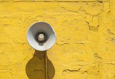 Alter Lautsprecher auf dem Zementwandhintergrund Stockbilder
