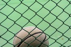 Alter lederner Basketball Lizenzfreie Stockbilder