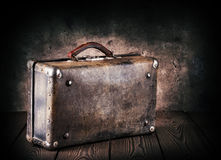 Alter lederner Koffer auf einem Holztisch Stockbilder