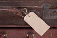 Alter lederner Koffer mit leerem Aufkleber Stockfotografie