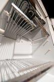 Alter leerer Kühlschrank stockfotos
