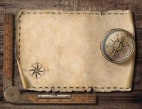 Alter leerer Kartenhintergrund mit Kompass Abenteuer- und Reisekonzept Abbildung 3D lizenzfreie stockfotografie