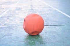 Alter leerer Luftorangenball lizenzfreie stockfotografie