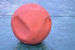 Alter leerer Luftorangenball stockbilder