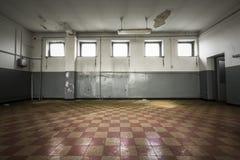 Alter leerer Raum, karierter Fliesenboden Stockfotos