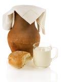 Alter Lehmkrug, Brot und ein Becher Milch Lizenzfreies Stockfoto
