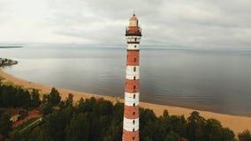Alter Leuchtturm auf der Küste stock video footage