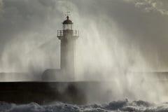 Alter Leuchtturm bedeckt mit Seespray stockbild