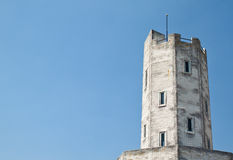 Alter Leuchtturm mit blauem Himmel Stockfotografie