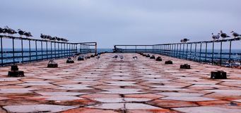 Alter Liegeplatz für Boote mit einem geometrischen Muster stockfotos