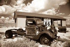 Alter LKW auf altem Weg 66 Stockbilder