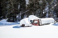 Alter LKW begraben im tiefen Schnee Lizenzfreie Stockfotos