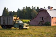 Alter LKW nahe der alten hölzernen Scheune Stockfoto