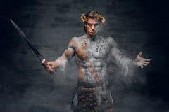 Alter männlicher athletischer Krieger mit Klinge lizenzfreie stockfotos