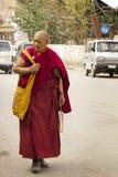 Alter Mönch in den Straßen von Leh Lizenzfreie Stockbilder