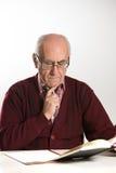 Alter Mann arbeitet mit Dokumenten Lizenzfreies Stockbild