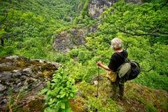 Alter Mann auf dem Berg stockbilder