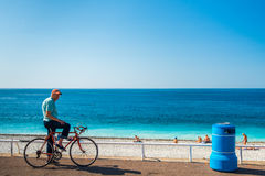 Alter Mann auf dem Fahrrad an strandnahem Stockfotos