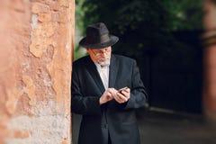 Alter Mann auf dem Gebiet Stockfotografie