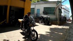 Alter Mann auf den Botengängen, die auf großes Motorrad fahren, tragen Kastenpaket stock video