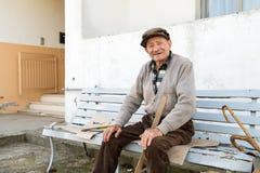 Alter Mann auf der Bank Stockfoto