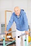 Alter Mann auf Reck lizenzfreies stockfoto