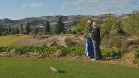 Alter Mann bereitet vor sich, Golf und das Nehmen des Golfclubs von der Tasche zu spielen stock video footage