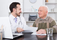 Alter Mann besucht Doktor lizenzfreie stockfotos