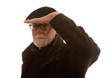 Alter Mann, der in Abstand blickt Stockfotos