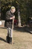 Alter Mann, der auf den Garten geht Lizenzfreie Stockbilder