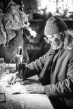 Alter Mann, der bw näht Stockfotografie