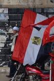 Alter Mann, der in der traditionellen Kleidung demostrating ist Lizenzfreie Stockbilder