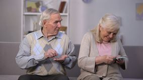 Alter Mann, der die Münzen betrachten die glückliche ältere Frau berechnet Dollar, Reichtum zählt stock video