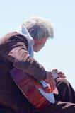 Alter Mann, der eine Gitarre spielt Stockbilder