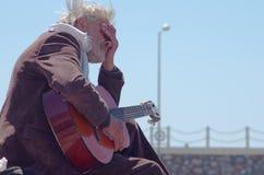 Alter Mann, der eine Gitarre spielt Lizenzfreies Stockfoto