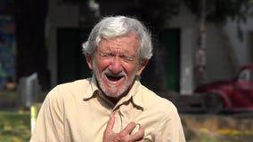 Alter Mann, der einen Herzinfarkt hat stock video