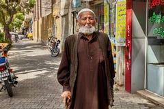 Alter Mann, der entlang Pflasterung am sonnigen Tag, Kashan, der Iran geht Stockfotografie