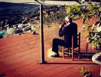 Alter Mann, der Fischfallen von den Schilfen in Süd-Italien macht Stockfotos