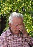 Alter Mann, der im Park schreit Stockfotografie