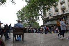 Alter Mann, der am La Rambla in Barcelona sitzt Lizenzfreie Stockbilder