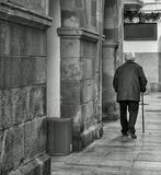 Alter Mann, der mit einem langsamen Schritt geht lizenzfreies stockbild