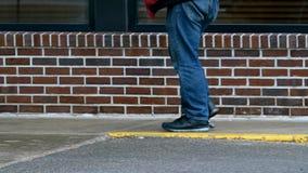 Alter Mann, der mit einem Stock auf Bürgersteig geht stock footage