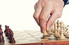 Alter Mann, der Schach spielt Stockbild