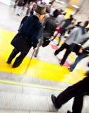 Alter Mann der U-Bahnstation in der Bewegung Stockfotografie