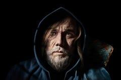 Alter Mann des künstlerischen Porträts, des mysteriösen Wanderers in der Haube Stockfoto