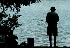 Alter Mann-Fischen stockfoto