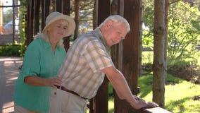 Alter Mann hat Rückenschmerzen stock video footage