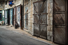 Alter Mann im Dorf Stockfotos
