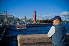 Alter Mann im Hintergrund der Stadt und des Flusses Stockfotos